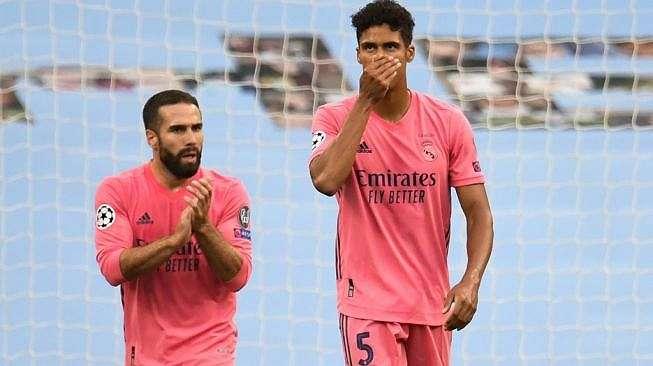 Ekspresi kekecewaan bek Real Madrid, Raphael Varane (kanan) pada laga leg kedua babak 16 besar Liga Champions 2019/2020 kontra Manchester City di Etihad Stadium, Manchester, Sabtu (8/8/2020) dini hari WIB. [PETER POWELL / POOL / AFP]
