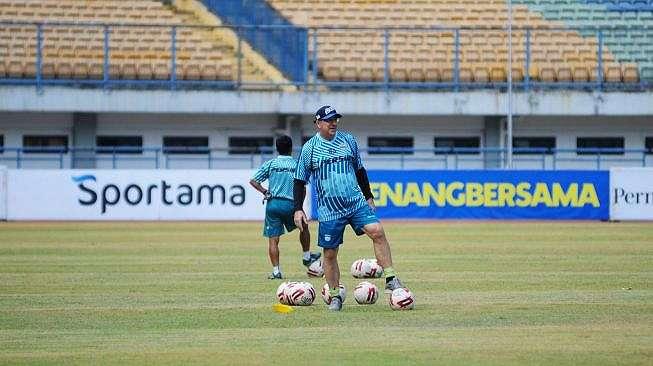Pelatih kepala Persib Bandung Robert Rene Alberts tengah memimpin latihan rutin anak asuhnya di stadion GBLA, Bandung, Jumat (4/9/2020), pagi. [Dok. Persib]