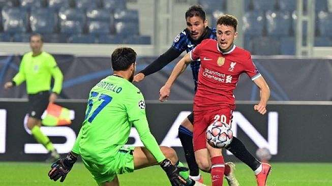 Aksi penyerang Liverpool, Diogo Jota saat membobol gawang Atalanta. (MIGUEL MEDINA / AFP)