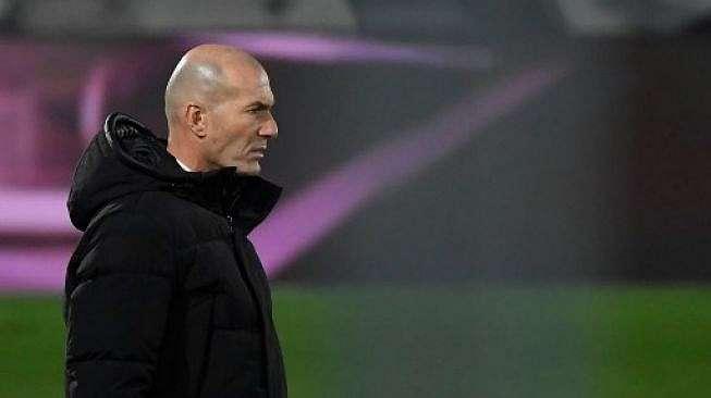 Gestur pelatih Real Madrid Zinedine Zidane saat timnya menjamu Granada di Estadio Alfredo Di Stefano, Kamis (24/12/2020). [AFP]