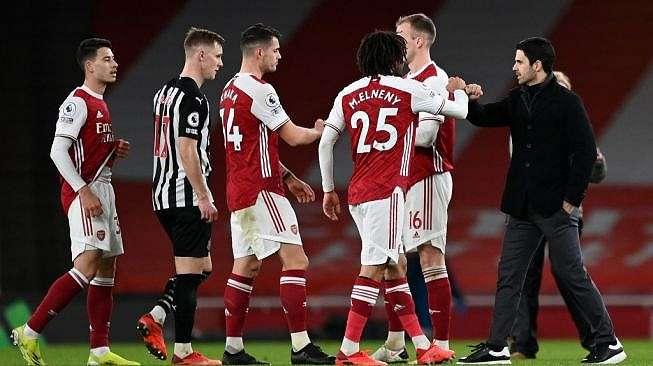 Manajer Arsenal Mikel Arteta (kanan) memberi selamat kepada para pemainnya usai meraih kemenangan atas Newcastle United dalam laga pekan ke-19 Liga Inggris di Emirates Stadium, London, Selasa (19/1/2021) dini hari WIB. [Shaun Botterill / POOL / AFP].