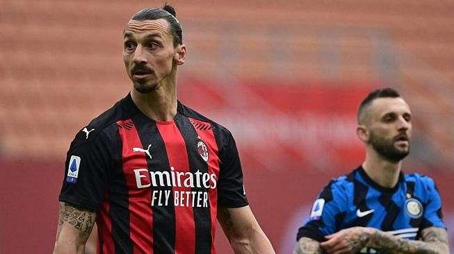 Penyerang AC Milan, Zlatan Ibrahimovic (kiri) tampil pada laga Liga Italia 2020/2021 kontra Inter Milan di San Siro, Minggu (21/2/2021). [MIGUEL MEDINA / AFP]