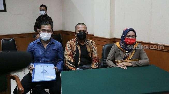 Tim kuasa hukum Amalia Fujiawati, istri siri Bambang Pamungkas saat sidang gugatan di Pengadilan Agama Jakarta Selatan, Rabu (31/3/2021). [Alfian Winanto]
