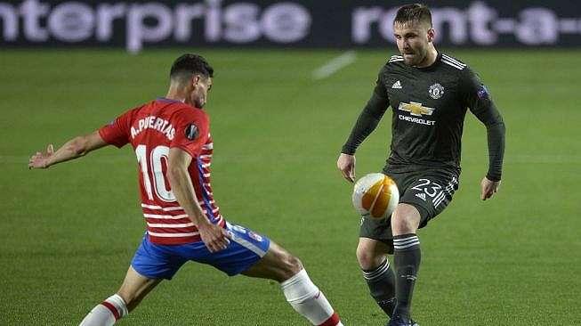 Fullback Manchester United, Luke Shaw (kanan) tampil pada laga perempatfinal Liga Europa kontra Granada di Nuevo Estadio de Los Carmenes, Jumat (9/4/2021) dini hari WIB. [CRISTINA QUICLER / AFP]