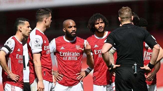 Para pemain Arsenal melakukan protes terhadap wasit dalam laga Liga Inggris kontra Fulham di Emirates Stadium, London, Minggu (18/4/2021) malam WIB. [FACUNDO ARRIZABALAGA / POOL / AFP]