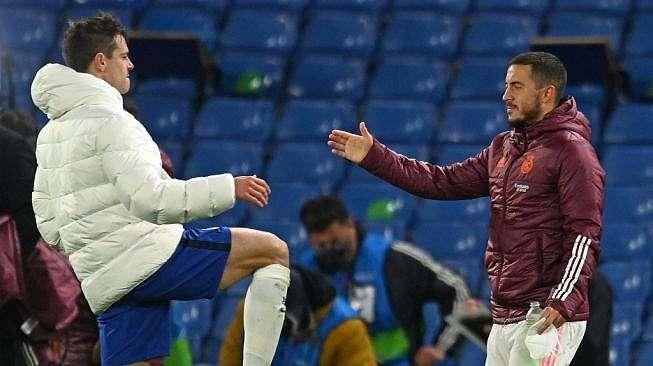 Penyerang Real Madrid Eden Hazard bersalaman dengan kapten Chelsea Cesar Azpilicueta usai timnya kalah 0-2 dalam laga leg kedua babak semifinal Liga Champions di Stamford Bridge, London, Kamis (6/5/2021) dini hari WIB. [Glyn KIRK / AFP].