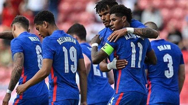 Para pemain timnas Inggris saat merayakan gol mereka dalam laga uji coba melawan Rumania, 6 Juni 2021 lalu di Stadion Riverside, Middlesbrough, Inggris, dalam rangka persiapan jelang Euro 2020. [Paul ELLIS / POOL / AFP]