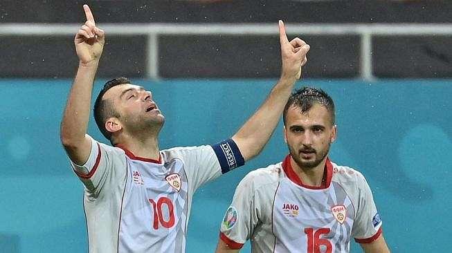 Penyerang Timnas Makedonia Utara, Goran Pandev (kiri) merayakan golnya ke gawang Austria pada laga Grup C Euro 2020 di Arena Nationala, Bucharest, Rumania, Senin (14/6/2021) dini hari WIB. [Daniel MIHAILESCU / POOL / AFP]