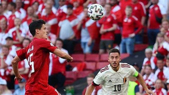 Winger Timnas Belgia, Eden Hazard memperebutkan bola dengan gelandang Denmark, Christian Norgaard (kiri) dalam matchday kedua Grup B Euro 2020 di Stadion Parken, Copenhagen, Kamis (17/6/2021) malam WIB. [WOLFGANG RATTAY / POOL / AFP].