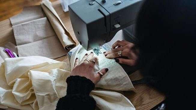 Ilustrasi wanita bikin baju di tukang jahit. (Pexels/Michael Burrows)