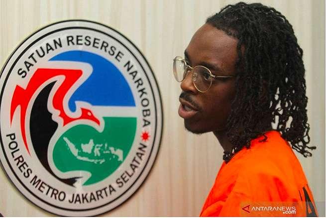 Cecoy Chevene Burnett Rajin Bawa Kue Brownies ke Indonesia, Ternyata Ada Isinya