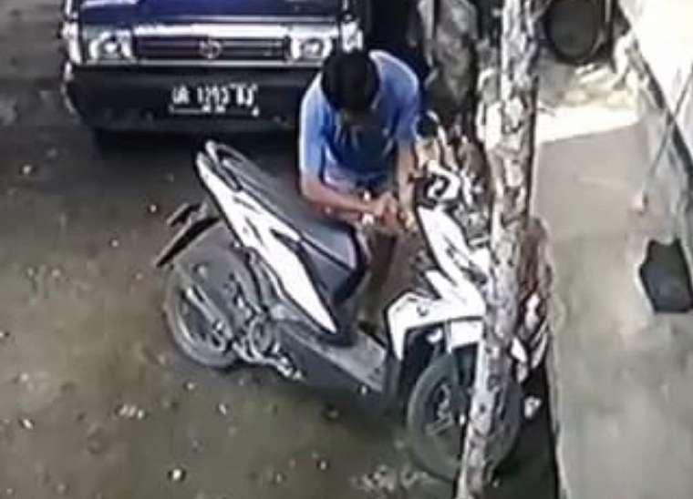 Maling Motor Terekam CCTV, Lihat Tuh Ciri-Cirinya