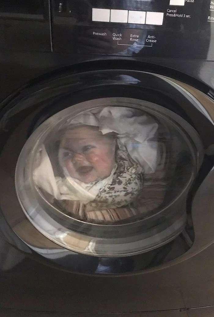 Seorang ayah mendapat ketakutan dalam hidupnya setelah mengira bayinya ada di mesin cuci - setelah istrinya mencuci t-shirt dengan wajah anaknya di mesin cuci.