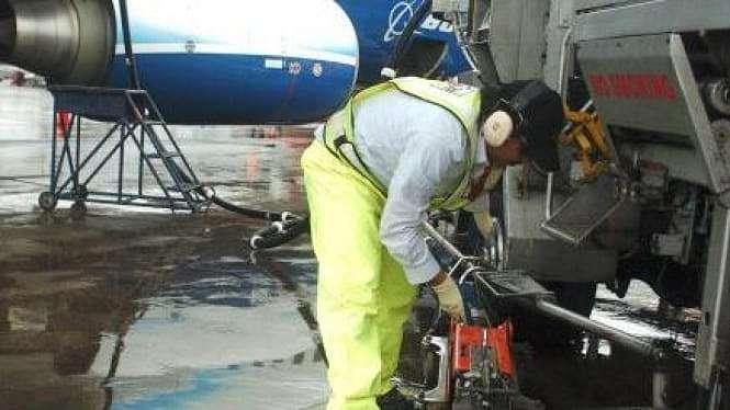 mengisi bahan bakar Avtur pesawat terbang