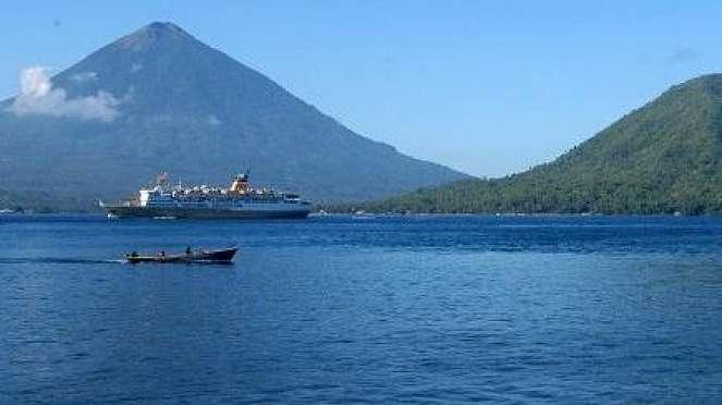 Kapal lintasi pulau Maitara dan Gunung Kiematubu Tidore, Maluku Utara