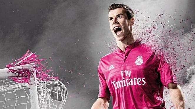 Pemain Real Madrid, Gareth Bale, dengan kostum pink