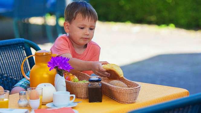 Ilustrasi pola makan anak