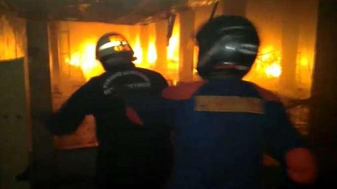 Ilustrasi petugas pemadam kebakaran padamkan api.