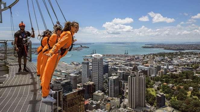 Nadine Chandrawinata skywalk di Auckland, Selandia Baru.