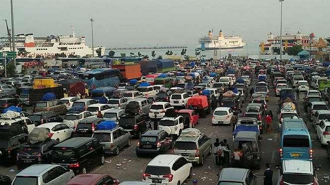 Antrean kendaraan pemudik di Pelabuhan Merak, Banten, Rabu, 13 Juni 2018.