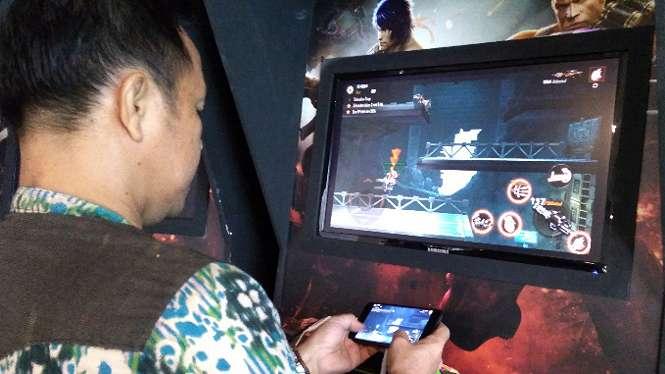 Ilustrasi memainkan game di mobile dan PC