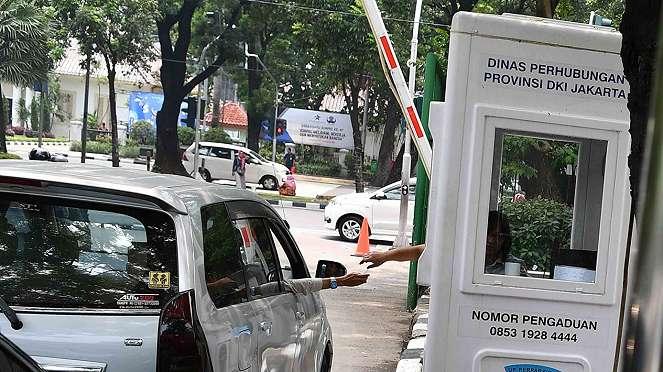 Pengendara mobil membayar parkir di lapangan IRTI Monas, Jakarta Pusat, Jakarta, Senin, 10 Desember 2018.