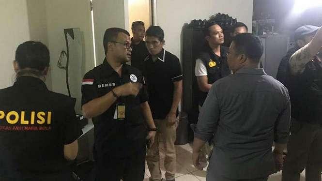 Satgas Antimafia Bola saat menggeledah apartemen Joko Driyono.