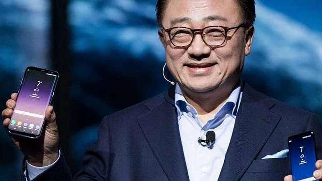 CEO Samsung, DJ Koh, memamerkan Samsung Galaxy S10