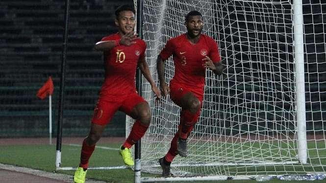 Penggawa Timnas Indonesia U-22, Osvaldo Haay (kanan) dan Marinus Wanewar