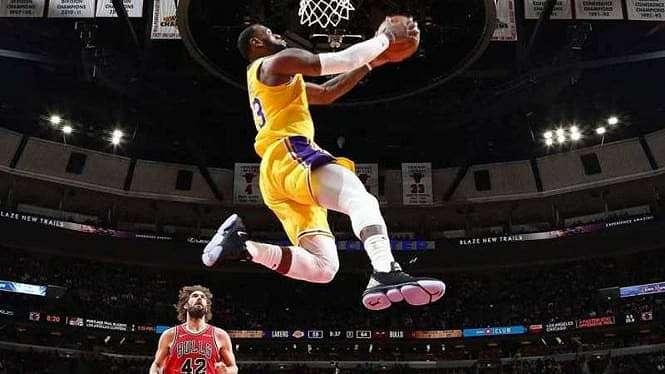 Bintang Los Angeles Lakers, LeBron James, melakukan aksi slam dunk