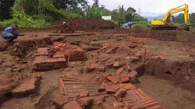 Tim arkeolog dalam proses eskavasi atau penggalian Situs Sekaran di Kilometer 37
