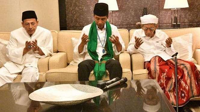 Calon presiden Jokowi bersama Mbah Moen dan Habib Luthfi.