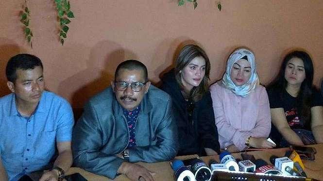 Hilda Vitria (tengah) saat konferensi pers.