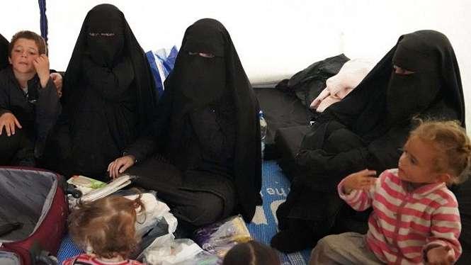 Humzeh, Hoda dan Zaynab Sharrouf, bersana anak-anak Zaynab dan seorang wanita Australia bersama anaknya.