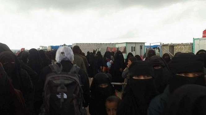 Para perempuan yang mengenakan niqab yang berada di pintu masuk kamp pengungsi al-Hawl disebut beberapa diantaranya berperilaku sebagai polisi moral IS.