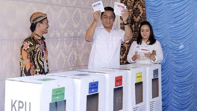 Walikota Semarang Hendrar Prihadi bersama istri Krisseptiana menunjukkan surat suara saat pencoblosan di tps 11 kelurahan Lempongsari, Gajahmungkur.