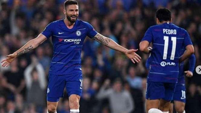 Pemain Chelsea rayakan gol Olivier Giroud.