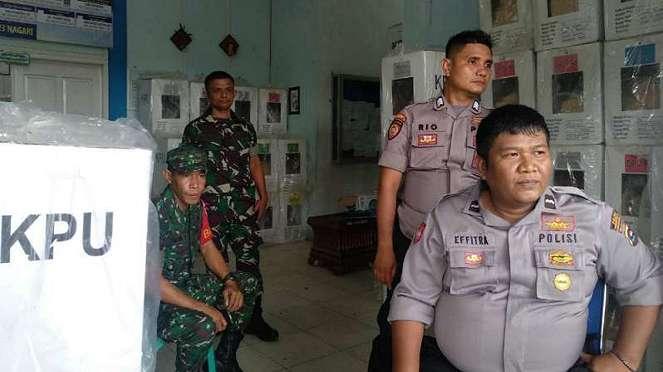 Aparat Polri dan TNI menjaga gudang penyimpanan logistik pemilu di Kabupaten Pesisir Selatan, Sumatera Barat, setelah kebakaran pada Senin dini hari, 22 April 2019.