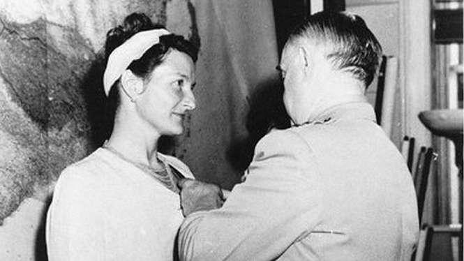 Virginia Hall menjadi satu-satunya perempuan sipil yang diberi penghargaan Distinguished Service Cross untuk tugasnya selama Perang Dunia Kedua - CIA