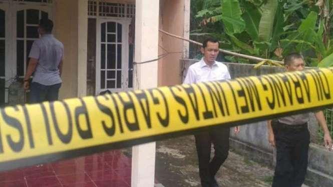 Garis polisi terpasang di lokasi tempat pembunuhan T (35) di Serang, Banten.