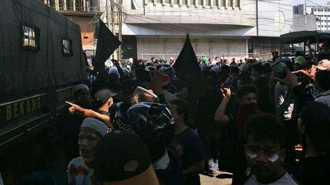 Massa menyambut pasukan TNI yang tiba di kawasan Jatibaru, Tanah Abang, Jakpus.