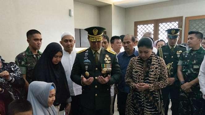 Kepala Staf Angkatan Darat Jenderal TNI Andika Perkasa melayat George Toisutta