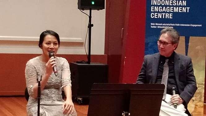Dewi Lestari dan Prof Ariel Heryanto di Herb Feith Indonesian Engagement Centre