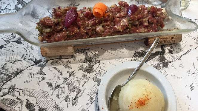 Australian beef tartare with apple juice di Txoko.