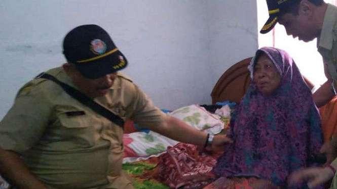 Warga Bogor menderita chikungunya didatangi petugas kesehatan.