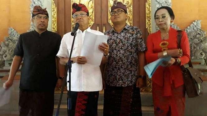 Gubernur Bali, Wayan Koster memberi keterangan pres terkati putusan Mahkamah Agung yang menolak uji materi Peraturan Gubernur (Pergub) Nomor 97 Tahun 2018 tentang Pembatasan Timbulan Sampah Plastik Sekali Pakai.