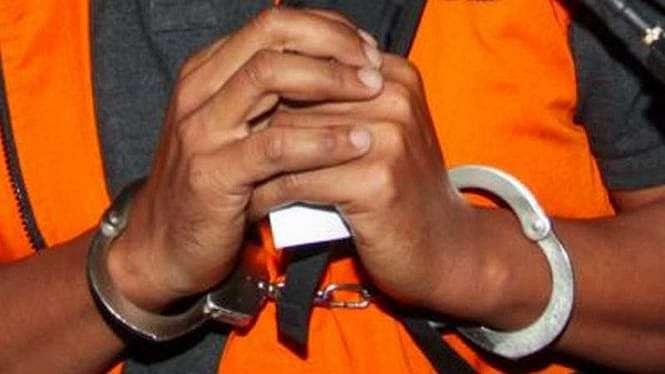 Tahanan KPK saat diborgol.