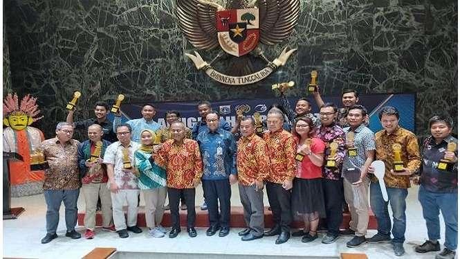 Para pemenang peraih anugerah jurnalistik MH Thamrin bersama Gubernur DKI Jakarta Anies Baswedan.
