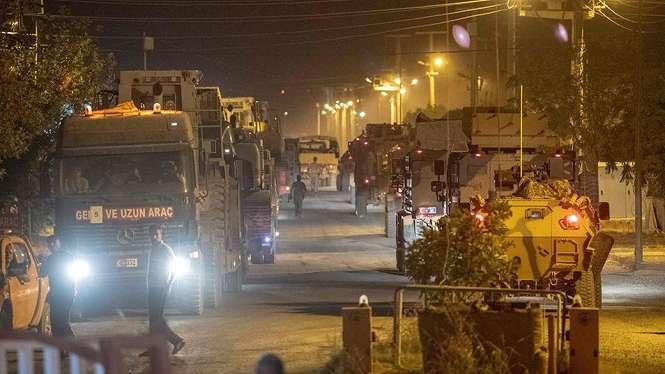 Pasukan Turki bergerak menuju perbatasan Suriah pada Selasa (08/10) malam. - AFP