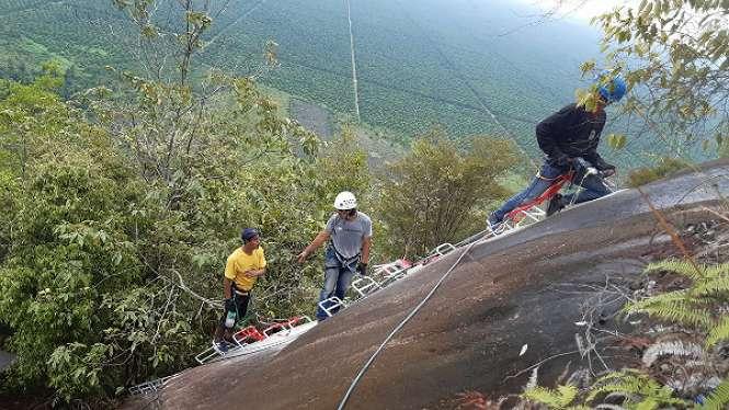 Mendaki di wisata Bukit Kelam
